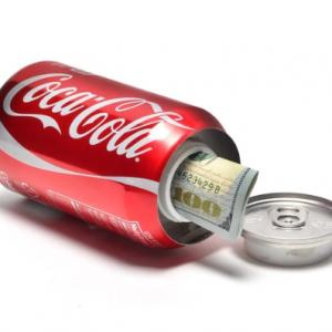Blikje Coca Cola met een gat en een dop